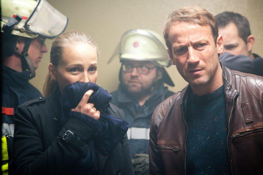 Lorenz (Petra Schmidt-Schaller) und Falke (Wotan Wilke Möhring) betreten die Zelle des Verstorbenen.