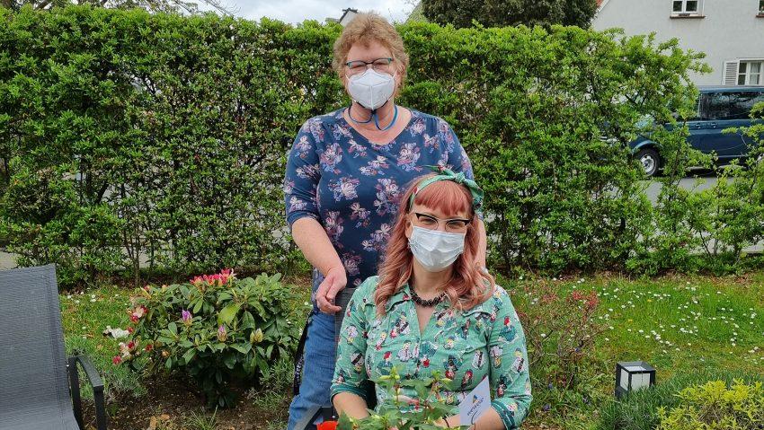 Neue beflanze Körbe von der Wewole für das Lukas-Hospiz, vorne Simone Radtke vom KgV Aschebruch und Hospizleiterin Anneli Wallbaum.