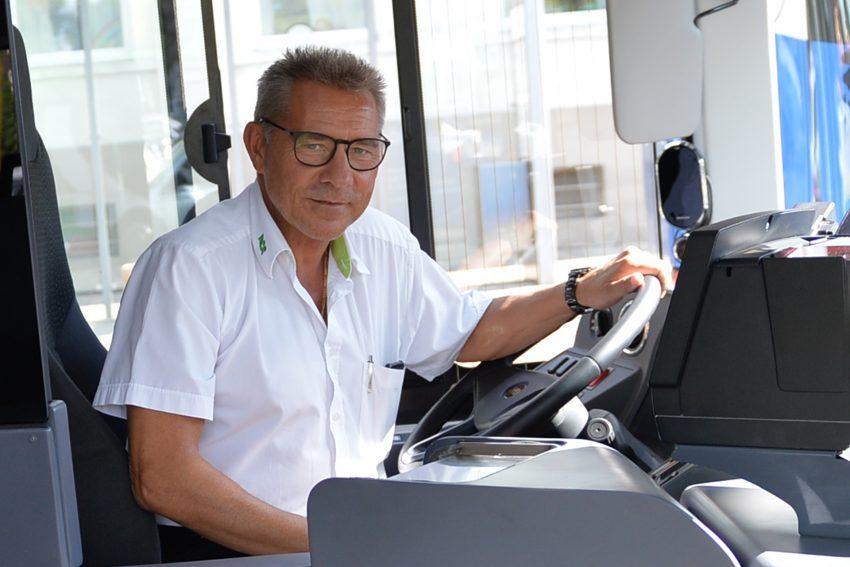 HCR-Busfahrer Peter Jablonka ist im Augenblick der einzige Mitarbeiter, der den neuen E-Bus fahren darf. Er schult demnächst die zehn Mitarbeiter.