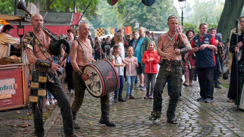 Um Menschenansammlungen an der Bühne zu vermeiden, zogen die Musiker umher.