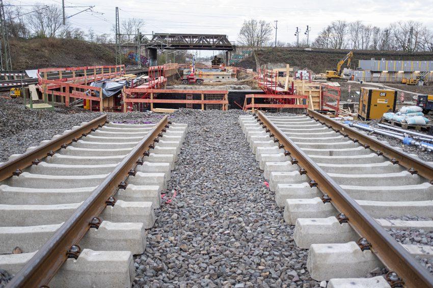 Einheben des ersten Teilstücks für die neue Eisenbahnbrücke über die A43 in Herne (NW), am Sonntag (28.0.2021).
