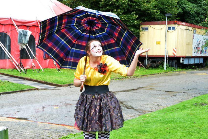 Clownin Chiara Buckesfeld trotzt dem Regen.
