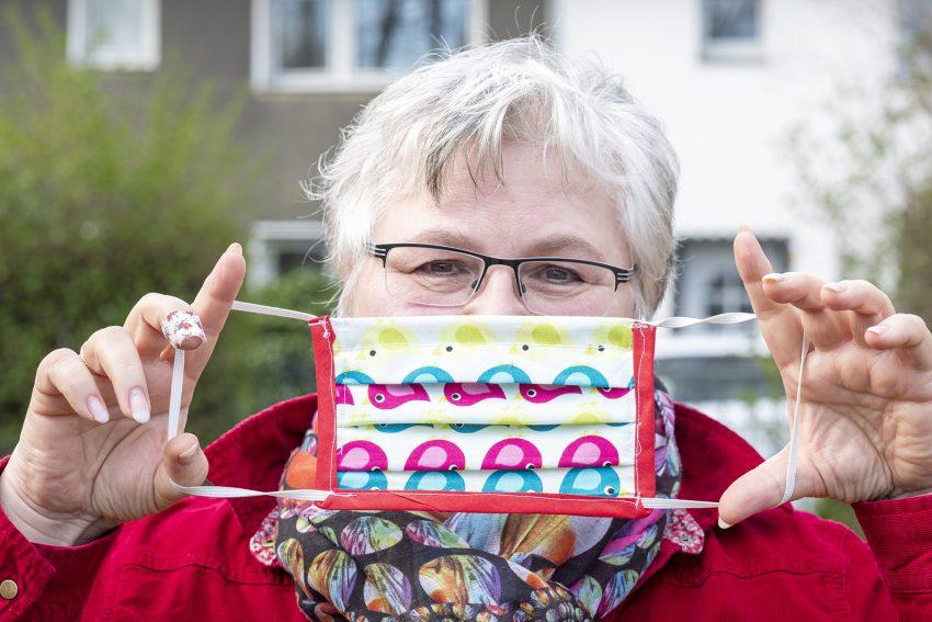 Die Erzieherin, Kindergartenleiterin und begeisterte Hobbyschneiderin Livia Leichner aus Herne (NW) näht behelfsmäigen Mundschutz zur Vermeidung von Vorona-Infektionen. Aufnahme vom Donnerstag (19.03.2020).