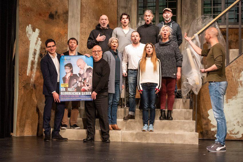 v.l. Marvin Boettcher (Geschäftsführender Intendant), Sigi Domke (Autor), Christian Stratmann (Prinzipal), Thomas Rech (Regisseur) und das Mondpalast-Ensemble