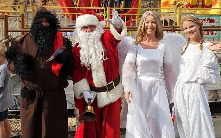 Der Weihnachtsmann und seine Helfer.