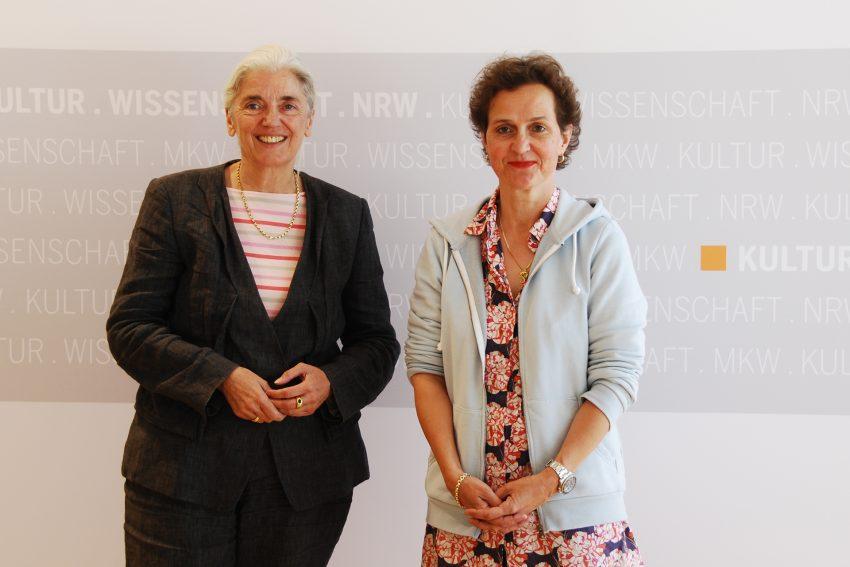 Die künftige Intendantin der Ruhrtriennale, Barbara Frey (re) mit der Kultur- und Wissenschaftsministerin Isabel Pfeiffer-Poensgen.