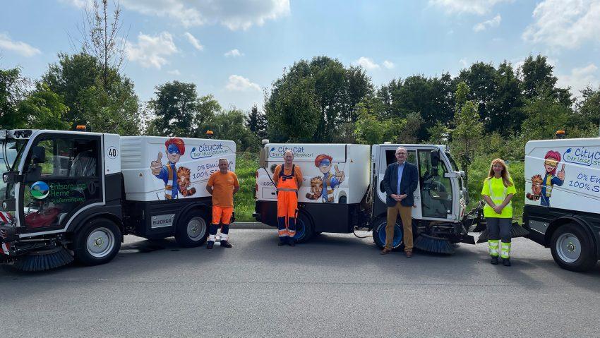 Zwei neue CityCats für Entsorgung Herne, im Bild (v.li.) Andrew Piontek, Martin Tanne, Vorstand Horst Tschöke und Carmen Donaj.