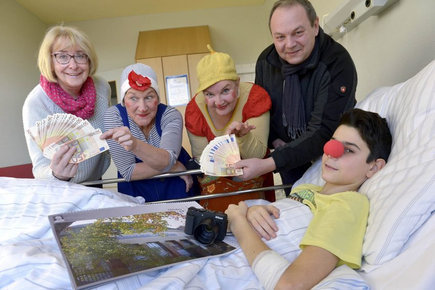 v.l. Projekt-Teilnehmerin Monika Wohling, Clownin Bims (alias Nuria Hansen), Clownin Mine (alias Simone Faßnacht), Inititiator Christian Brehm und Patient Vitaliy (14).