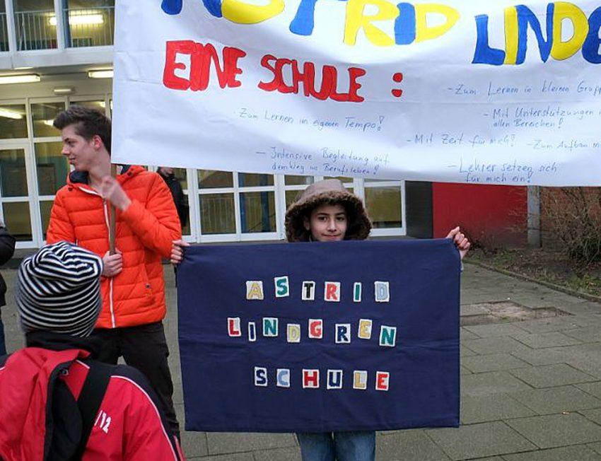 Schüler, Eltern und Lehrer protestierten gegen die geplante Schließung der Astrid-Lindgren-Schule.