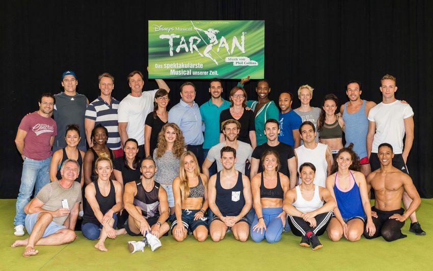 Das Ensemble von Tarzan mit den Mitarbeitern des Rehabilitationszentrums.