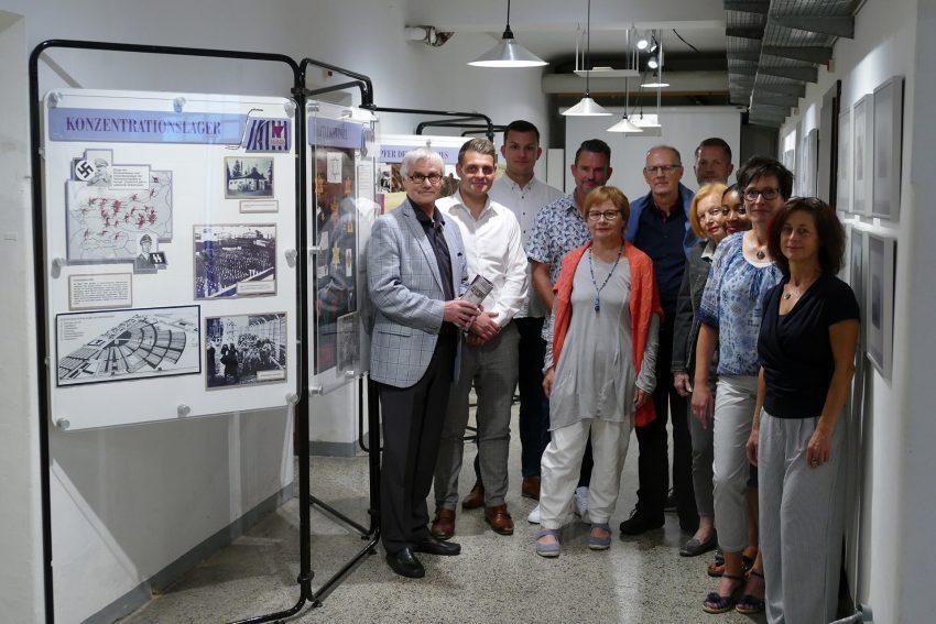 Herner Gruppe LILA WINKEL beim Besuch der Ausstellung im Polizeigefängnis Herford