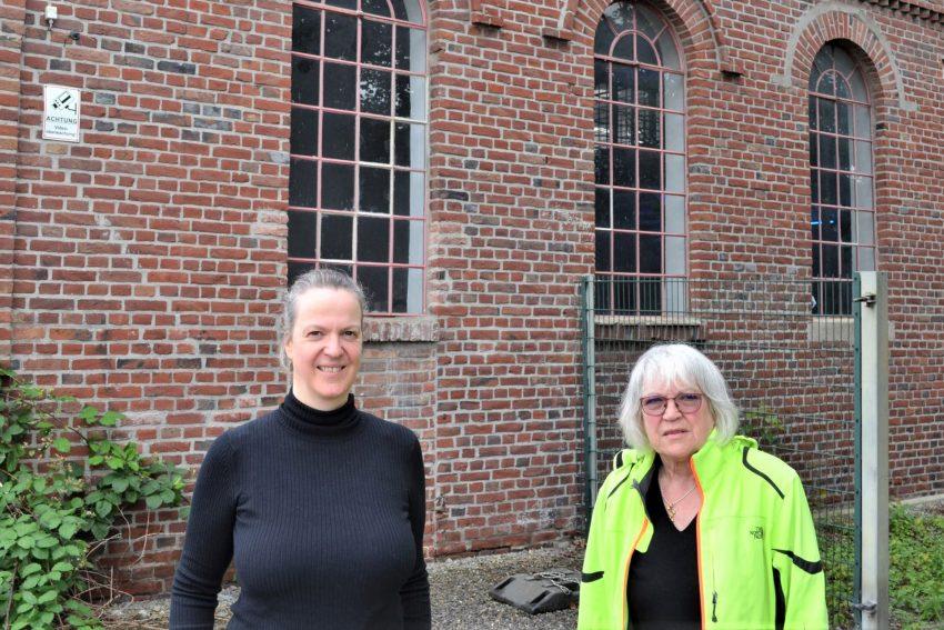 Verena Schuh und die stellv. Vorsitzende des Fördervereins, Erika Porsch, vor den Fenstern der Schwarzkaue auf Unser Fritz 2/3.