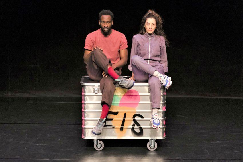 """Emmanuel Edoror und Roxana Safarabadi auf dem zentralen Requisit der sehr körperbetonten Inszenierung von """"Ich lieb dich!"""" am Theater Kohlenpott."""
