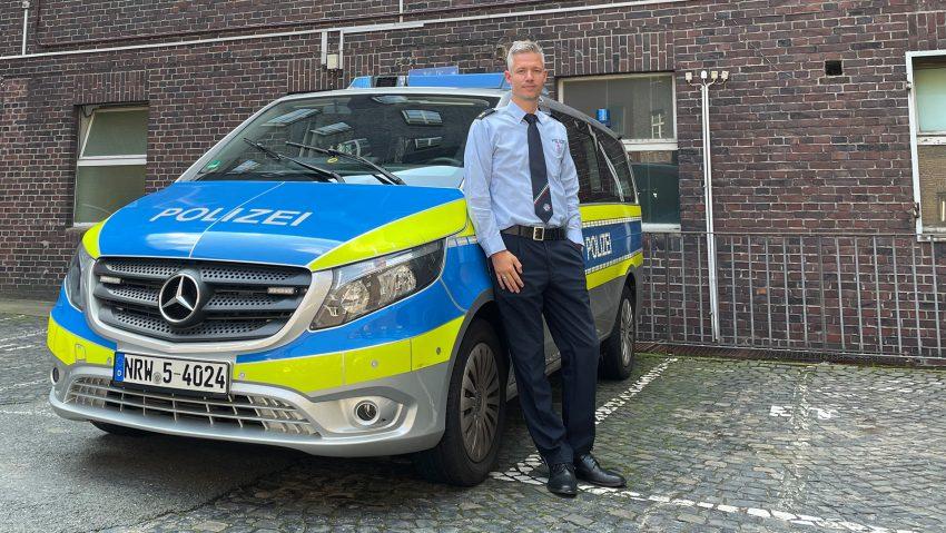 Felix Horn ist seit Juli 2021 der neue Leiter der Polizeiinspektion Herne, hier steht er im Innenhof an der Bebelstraße.