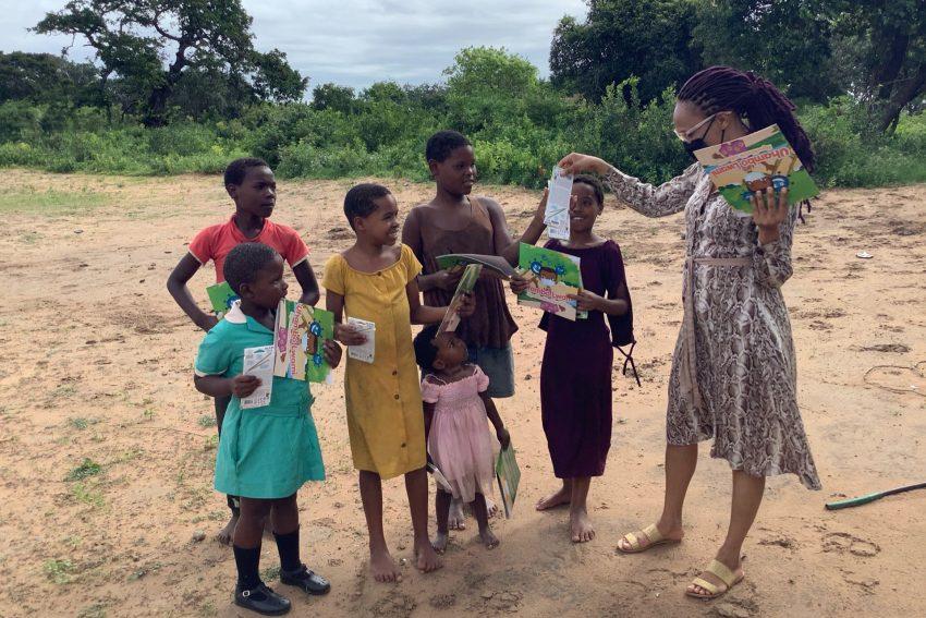 Kooperationspartner in Südafrika haben das Corona-Malbuch auch zu den Familien auf die Dörfer gebracht.