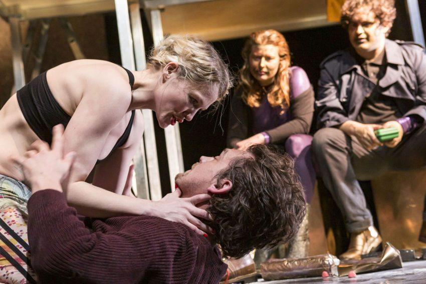Theater Duisburg: Einer und Eine: Grete (Anna Marienfeld, links) und Jakob (Till Beckmann) kommen sich näher - neugierig beobachtet von ihren Dämonen (Katharina Abel und Adrian Hildebrandt).
