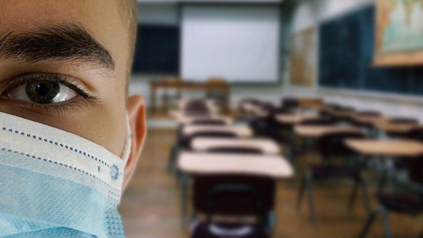 Symbolbild Maske in Schule