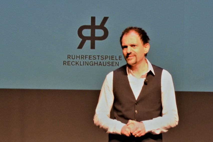 Stellte das Programm des Hybrid-Festivals auf einer Zoom-Pressekonferenz vor: Ruhrfestspiel-Intendant Olaf Kröck.