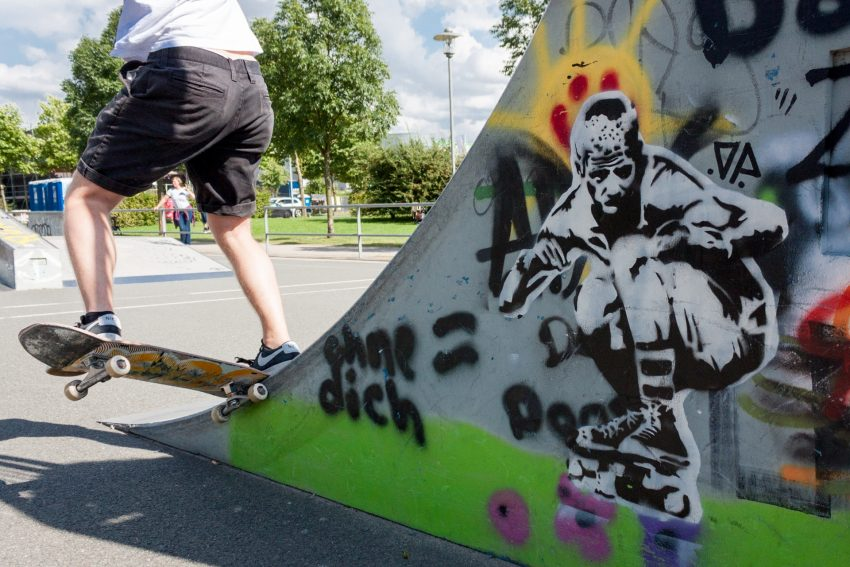 Ein Skater an der Halfpipe.