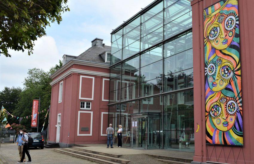 Großformate von Ursula Meyer zieren die Oberhausener Schlossfassade.