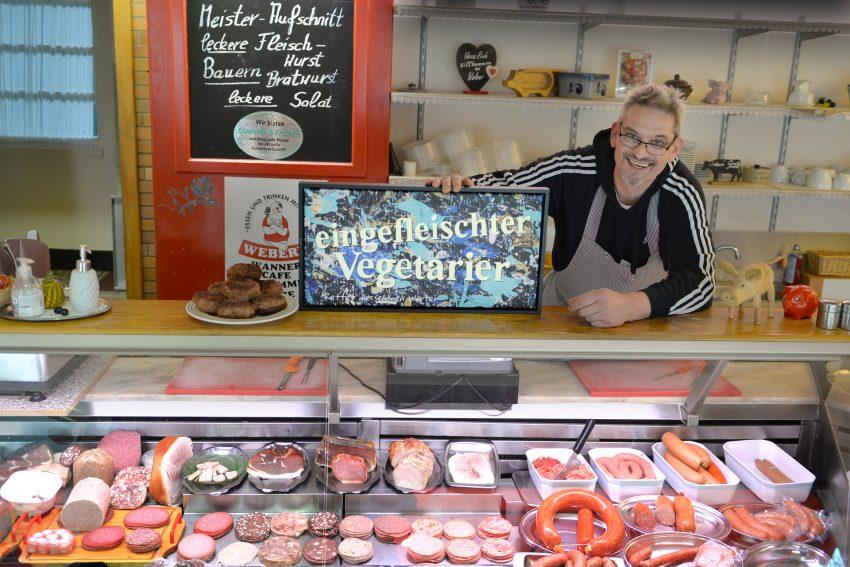 Metzgermeister und Kunstliebhaber: Rainer Weber kaufte das Kunstwerk 'eingefleischter Vegetarier' vom bunten Mann aus Unser Fritz.