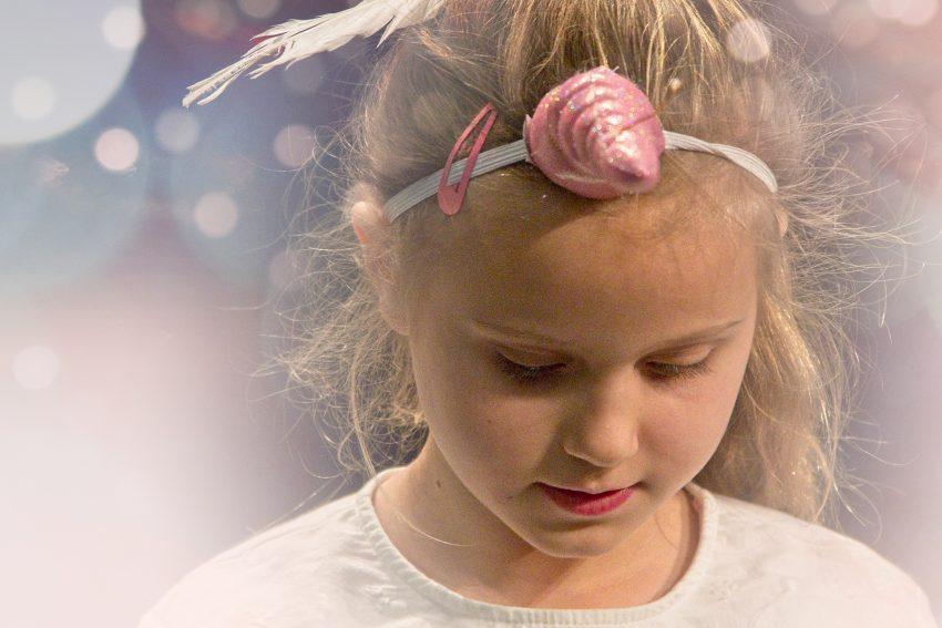 Engel-Mädchen Glöckchen ist traurig.