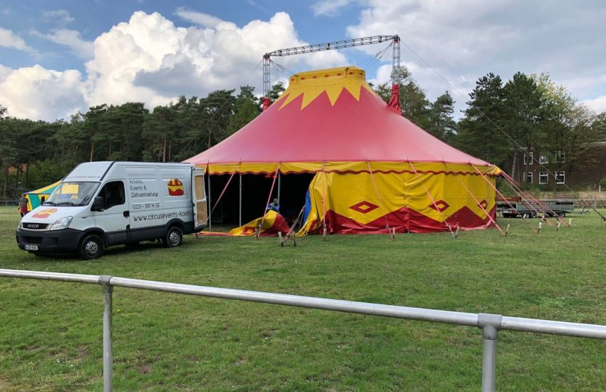 Das Zirkus-Zelt wird aufgebaut.