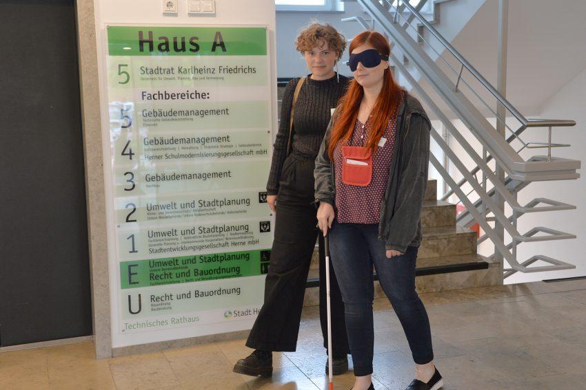 Azubi-Inklusions-Tag 2019: Die fiktive Blinde Cindy mit ihrer Begleiterin Paula.