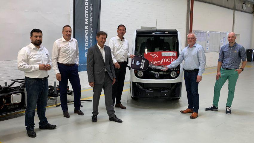 Tropos Motors Europe übergibt zwei Tropos Able Bausätze der Hochschule Bochum.