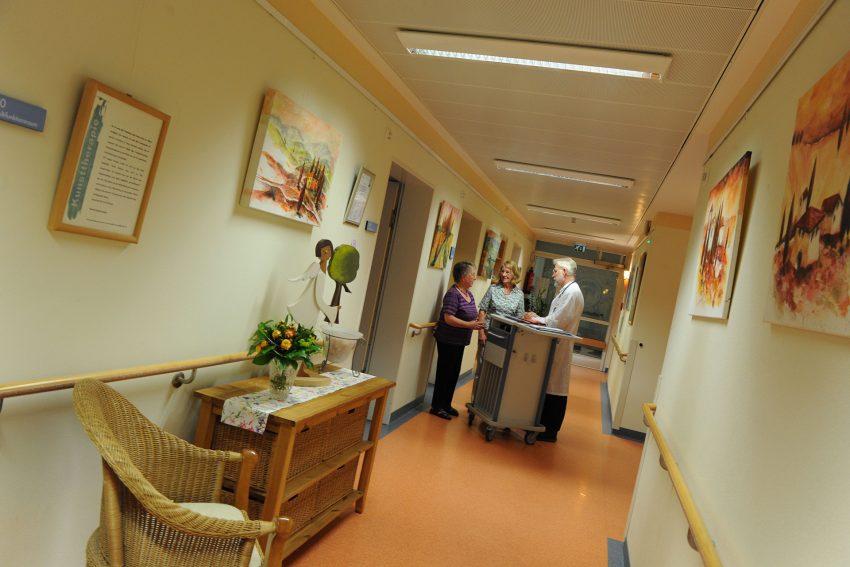 Palliativstation im EvK Herne: Visite mit Dr. Wolf Diemer, Leiter des Zentrums für Palliativmedizin, und Pflegemitarbeiterinnen.
