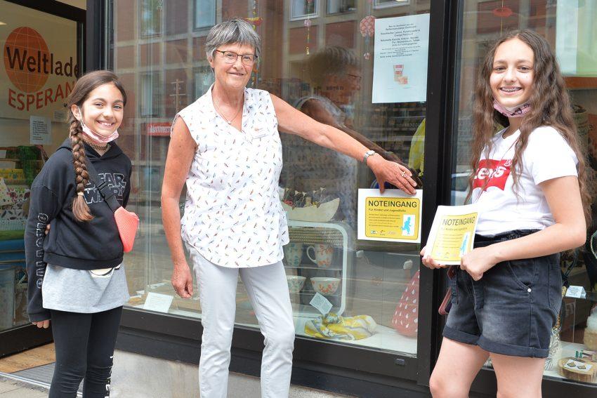 v.l. Dilara (10) und ihre Schwester Aleyna (11) werben für das Projekt 'Noteingang'. im Bild mit Christa Winger vom Weltladen Esperanza.