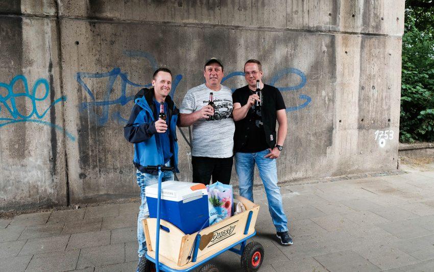 Philipp, Lars und Peter mit ihren Bollerwagen auf den Weg zum Schrebergarten.