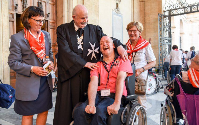 Christian (2.v.r.) und Ingrid Kersting (r.) lernten gemeinsam mit der Paderborner Malteserin Marina Stork den Großmeister des Malteserordens kennen.