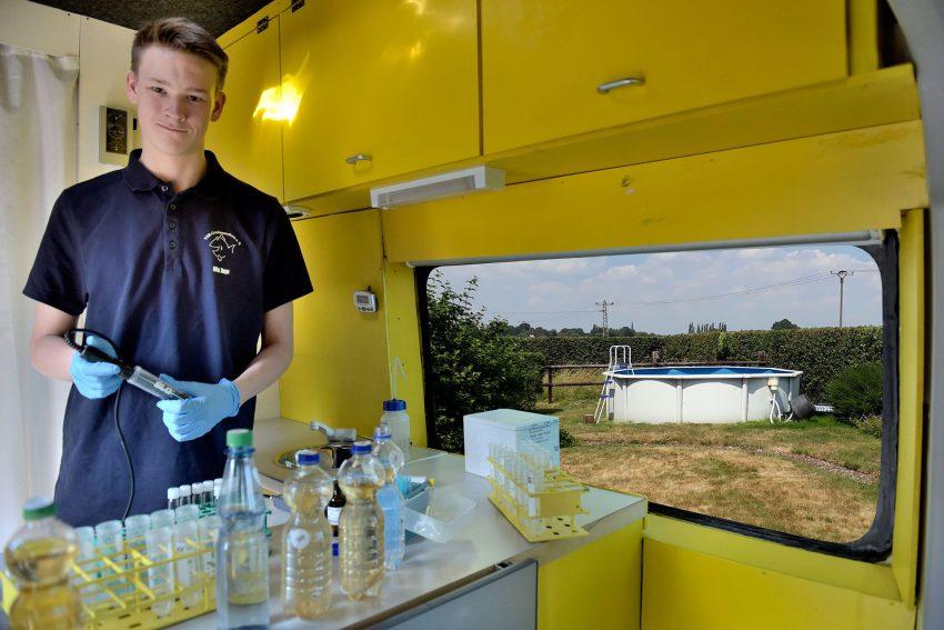 Bundesfreiwilliger, Milan Toups, arbeitet beim Gewässerschutz.