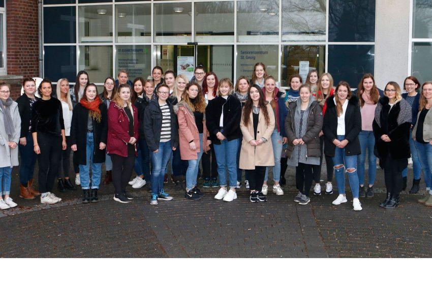Corinna Panitz (r.) begrüßte den ersten Ausbildungsjahrgang der neuen Hebammenschule der St. Elisabeth Gruppe.