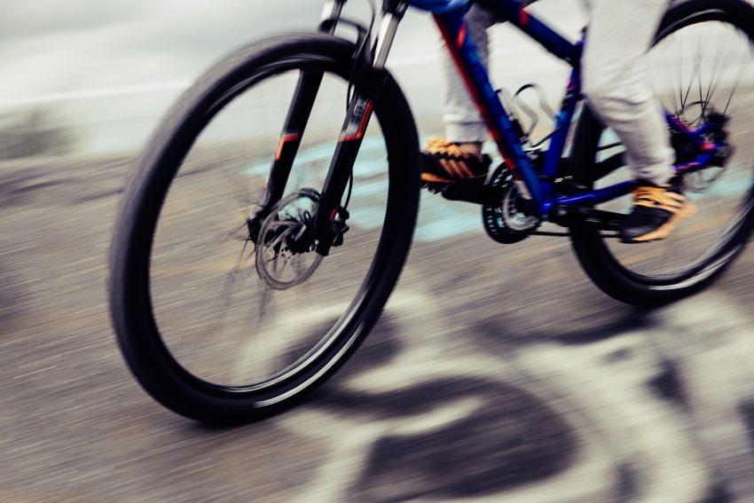 Rauf aufs Mountainbike. Sich anstrengen und auspowern beim Treten.
