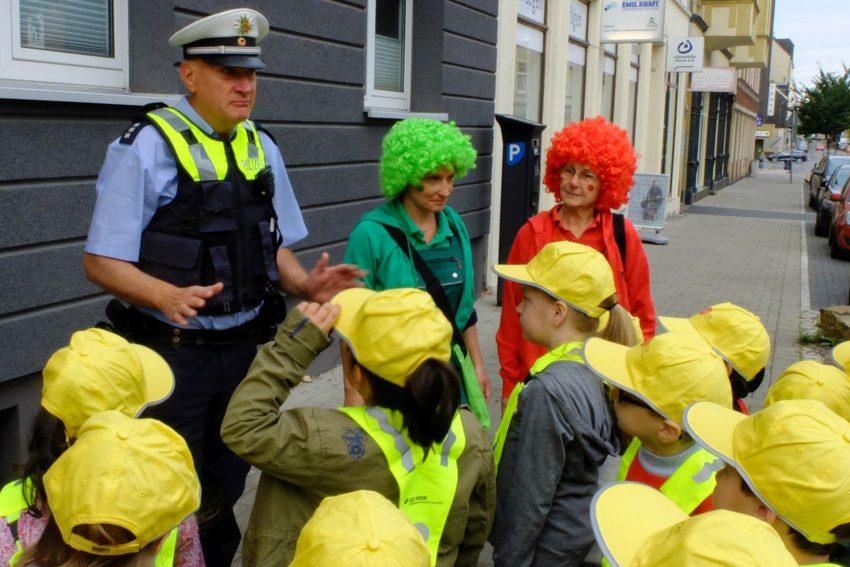 Ampelmännchen und Polizei arbeiten Hand in Hand.