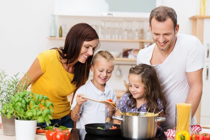 Gemeinsam mit der Familie Mahlzeiten zubereiten und dabei viel Spaß haben. Das gibt es leider immer weniger. Stattdessen werden vermehrt Fertigprodukte verwendet. Folge: Die Ernährungsqualität sinkt deutlich.