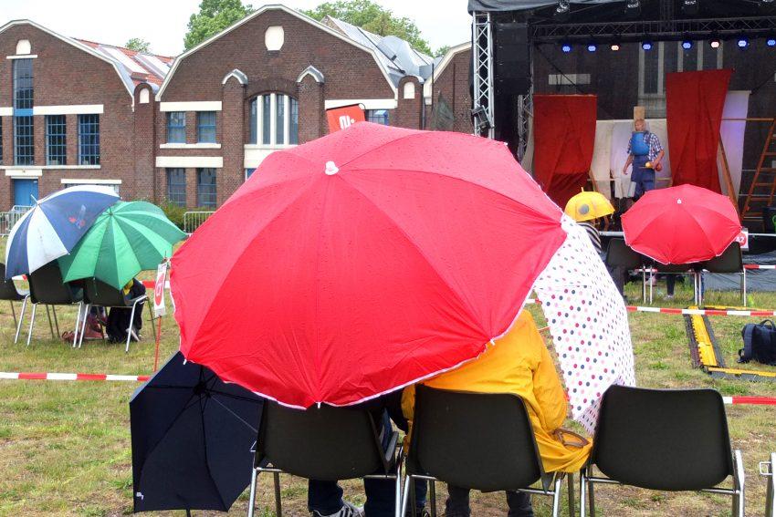 Das Wetter spielte nicht mit bei der ersten OpenAir-Veranstaltungen vor den Flottmannhallen nach der coronabedingten Schließung. im Bild: Das Kindertheater Pappmobil mit dem Stück Drachen auf Baustelle Süd.