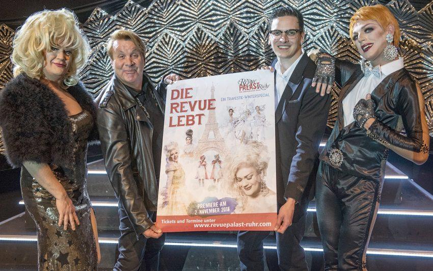 Freuen sich auf die Premiere von 'Die Revue lebt – Ein Travestie-Winterspecial' am 2. November (v.l.): Travestie-Künstlerin Jeanny, Regisseur Ralf Kuta, der geschäftsführende Intendant Marvin Boettcher und Travestie-Künstlerin Michelle.