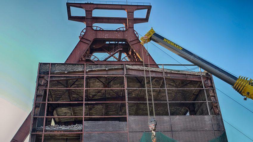 Der Abriss der Schachthalle unterhalb des Förderturmes der stillgelegten ZechePluto Wilhelm schreitet voran.