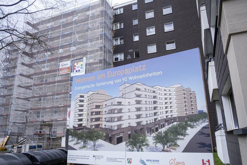 Energetische Modernisierung von 92 Wohneinheiten in einem Mehrfamilienhaus an der Bochumer Straße / Ecke Sodinger Straße in Herne (NW). Die Wohnungsgenossenschaft Herne-Süd (WHS) als Eigentümerin stellt , am Montag (15.03.2021), den Fortgang der Ende 2020 begonnenen Arbeiten vor. Bis August soll der Erste Bauabschnitt vollendet sein. Im ersten Quartal 20212 soll die Baumaßnahme abgeschlossen sein.