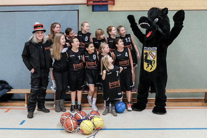 Graf Hotte (l.) mit den U12 Ruhrpott-Baskets und dem Maskottchen.