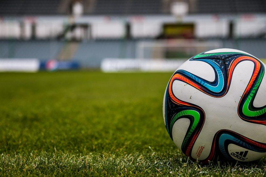 Fußball auf dem Platz.