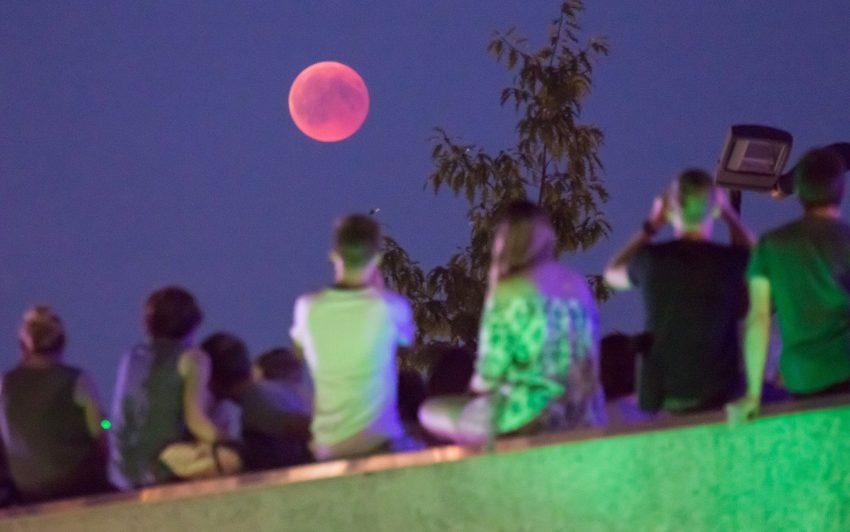 Besucher auf dem Gelände des Bochumer Planetariums.