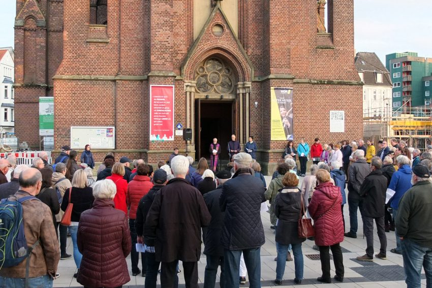 Ökumenischer Open-Air-Friedensgottesdienst vor der Kreuzkirche - gegen Fremdenhass und Ausgrenzung. Foto: Carola Quickels