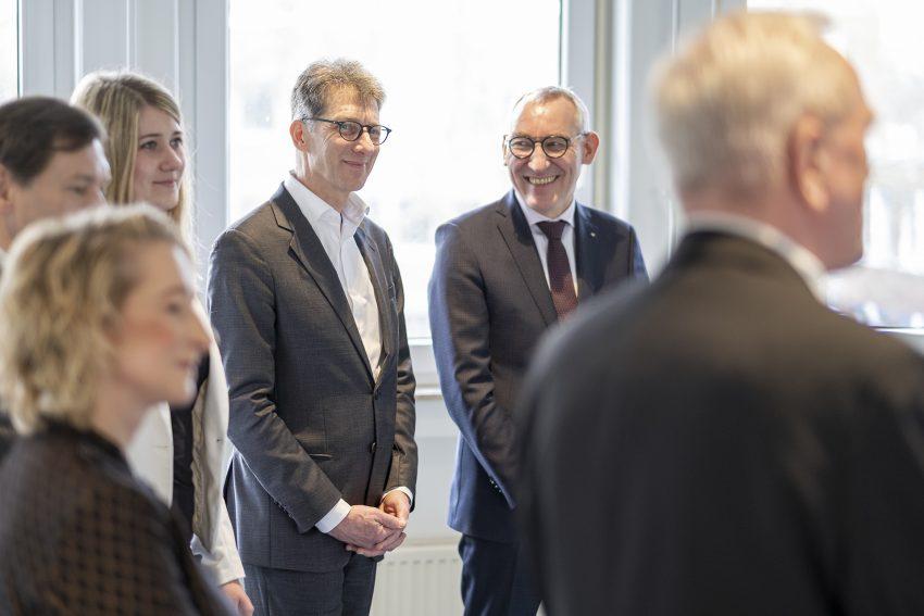Umzug in neue Räume: die Gemeindeprüfungsanstalt NRW zieht von der Innenstadt in den Shamrockpark in Herne (NW). Aufnahme vom Mittwoch (12.02.2020). Im Bild (hinten, v-l): Christian Kohl (Architekt) und Heinrich Böckelühr (Präsident gpaNRW).