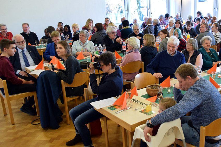 Im vollbesetzten Luthersaal gab es nach dem Gottesdienst ein Mittagessen in Büffettform sowie viele angeregte Gespräche und Begegnungen.