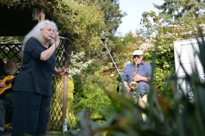 Schöne Wörter tummeln sich im Garten. Katja Seidich und Eckard Koltermann.