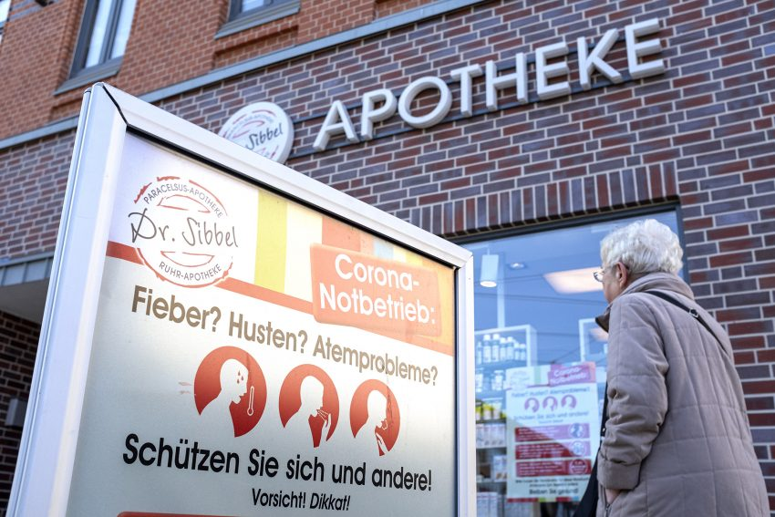 In der Ruhr-Apotheke (im Bild) und der Paracelsus-Apotheke von Heike und Robert Sibbel in Herne (NW), gibt es Maßnahmen und Regeln, die eine Verbreitung des Corona-Virus eindämmen sollen. Aufnahme vom Mittwoch (18.03.2020).